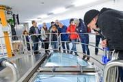 Besucher besichtigen das Pumpwerk Schachen. (Bild: Donato Caspari)
