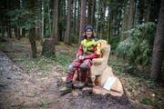 Aus einem Baumstumpf schuf Florin Beglinger den schönen Wald-Holzsessel. (Bild: Maya Heizmann)