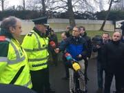 Ein Polizeisprecher informiert die Medien über das Unglück mit drei Toten im nordirischen Cookstown. (Bild: KEYSTONE/EPA PSNI/PSNI / HANDOUT)