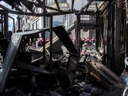 Bei den «Gelbwesten»-Protesten wurde die Terrasse des Promi-Restaurants Fouquet's an der Prachtstrasse Champs-Élysées in Brand gesteckt. (Bild: KEYSTONE/AP/RAFAEL YAGHOBZADEH)