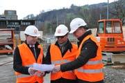 Freuen sich über den Baustart (von links): Zentralbahn-Geschäftsführer Michael Schürch, Regierungsrat Josef Hess und der Sarner Gemeindepräsident Jürg Berlinger. (Bild: Matthias Piazza, Kägiswil, 18. März 2019)