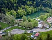 Der Chrüzweier mit Frauen- und Familienbad, im Vordergrund ist zudem die Minigolf-Anlage zu erkennen. In diesem Bereich wird die Vorfahrt auf Dreilinden bis Ende Mai baulich saniert und neu gestaltet. (Bild: Michel Canonica - 23. Juni 2017)