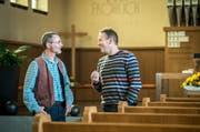 Eine Aufnahme vom vergangenen November: Bruder Beno (rechts) mit Martin Buser, Präsident der Evangelischen Kirchgemeinde Sirnach. (Bild: Reto Martin)
