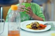 Das Potenzial für eine heftige Diskussion im St.Galler Stadtparlament hat am Dienstagnachmittag eine linke Motion, die die Mittagstische der Stadtschule für die Eltern günstiger machen will. (Bild: Nana do Carmo - Kreuzlingen, 25. Juni 2015)