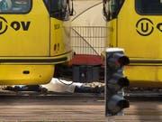 Leiche eines der drei Opfer nach den tödlichen Schüssen in einem Tram in der niederländischen Stadt Utrecht. (Bild: KEYSTONE/AP/PETER DEJONG)