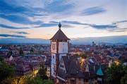 Das Schwabentor ist eines der zahlreichen Zeitzeugnisse aus dem Mittelalter. Mitte des 13. Jahrhunderts bildete es einen der Durchgänge in der Stadtmauer Freiburgs. (Bild: FWTM, Karl-Heinz Raach)