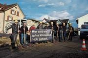 Bauherren, Projektleiter, Käufer und Anwohner trafen sich bei der künftigen Überbauung Obermühle zum Spatenstich. (Bild: Anina Rütsche)