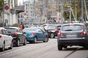 Abstellplätze für Autos und Velos sollte es für viele Städterinnen und Städter in St.Gallen mehr haben. (Bild: Ralph Ribi - Bahnhofstrasse, 31. Oktober 2018)