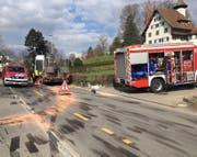 Ein Lastwagen verlor in der Stadt Zug mehrere Hundert Liter Diesel. Der Freiwillige Feuerwehr Zug (FFZ) gelang es den Diesel zu binden. (Bild: Zuger Polizei)