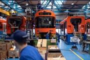 Endmontage von Schienenfahrzeugen für den Regionalverkehr Bern-Solothurn (RBS) im Stadler-Werk am Hauptsitz in Bussnang. (Bild: Gian Ehrenzeller/Keystone (19. März 2019))