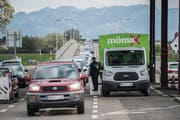 An der Grenze zu Österreich: Die neue Arbeitslosenregel für EU-Grenzgänger könnte die Schweiz 700 Millionen Franken kosten. (Bild: Benjamin Manser)
