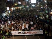 Die Demonstrationen der Regierungsgegner in Serbien richten sich seit drei Monaten gegen ein Klima der Gewalt durch Hetze gegen Andersdenkende und kritische Journalisten. (Bild: KEYSTONE/AP/DARKO VOJINOVIC)