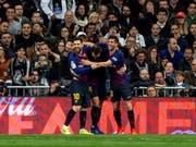 Lionel Messi und Sergi Roberto (rechts) feiern den Torschützen Ivan Rakitic (Bild: KEYSTONE/EPA EFE/RODRIGO JIMENEZ)