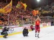 In Langnau wird die Playoff-Qualifikation gebührend gefeiert. Hier lässt sich Eero Elo bejubeln (Bild: KEYSTONE/MARCEL BIERI)