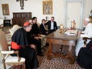 Schweizer Betroffene berichten dem Papst Franziskus am Samstag im Vatikan von sexuellem Missbrauch im kirchlichen Umfeld. (Bild: Vatican Media)