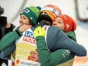 Jubel der Favoriten: Die deutschen Skispringer feiern ihren WM-Titel im Mixed (Bild: KEYSTONE/EPA/CHRISTIAN BRUNA)