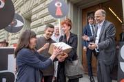 Eine der Vorlagen, die von Wecollect unterstützt wurden: Das Sozialdetektiv-Referendum mit Autorin Sibylle Berg (Mitte) als treibende Kraft. Bild: Marcel Bieri/Keystone (Bern, 5. Juli 2018)