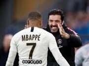 Der Jungstar und der Alt-Star: Goalie-Oldie Gigi Buffon beglückwünscht Kylian Mbappé zur Doublette gegen Caen (Bild: KEYSTONE/EPA/YOAN VALAT)