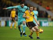 Newcastles Verteidiger Fabian Schär (links) im Zweikampf (Bild: KEYSTONE/AP PA/NICK POTTS)