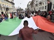Teilnehmer der Kundgebung «People - Zuerst die Menschen» am Samstag in Mailand. (Bild: Keystone/EPA ANSA/FLAVIO LO SCALZO)