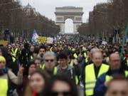 In Paris versammelten sich am Samstag hunderte «Gelbwesten» am Triumphbogen für einen Marsch durch die Stadt. (Bild: Keystone/EPA/CHRISTOPHE PETIT TESSON)