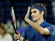 Roger Federer schreibt in Dubai mit seinem 100. Turniersieg Schweizer Sportgeschichte - und revanchiert sich bei Stefanos Tsitsipas, gegen den er am Australian Open in den Achtelfinals verloren hatte (Bild: KEYSTONE/EPA/ALI HAIDER)
