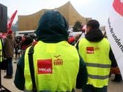 Gewerkschafter demonstrieren für höhere Löhne vor den Tarifverhandlungen in Berlin. (Bild: KEYSTONE/EPA/ADAM BERRY)