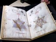 Die mathematische Abhandlung «De Divina Proportione» aus dem Jahr 1498 ist einer der Schätze der Bibliothek Genf. Die Zeichnungen werden Leonardo da Vinci zugesprochen. Dieser Schatz wird nun erstmals der Öffentlichkeit präsentiert. (Bild: KEYSTONE/SALVATORE DI NOLFI)