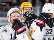 Die Enttäuschung über das Verpassen der Playoffs sitzt bei Fribourgs Topskorer Julien Sprunger (mit gelbem Helm) und dessen Teamkollegen tief (Bild: KEYSTONE/PPR/ADRIEN PERRITAZ)