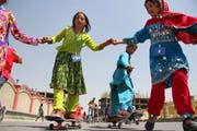 Schülerinnen auf ihren Skateboards in den Strassen der afghanischen Hauptstadt Kabul. Hier nahm der Hype seinen Anfang im Land. Bild: S. Sabawoon/ EPA (21. Juni 2011)