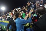 Auch in Dubai der unbestrittene Publikumsliebling: Roger Federer erfüllt nach dem Triumph die Wünsche seiner Fans. (Bild: Ahmed Jadallah/Reuters, Dubai, 2. März 2019)
