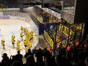 Nach Spielschluss halten die mitgereisten Anhänger des HC Thurgau Transparente hoch mit der Aufschrift «Heldä - danke Jungs!». Die Spieler bedanken sich derweil für die Unterstützung während des Spiels und der ganzen Saison. (Bild: Matthias Hafen)