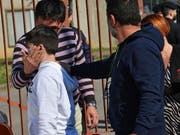 Schüler und Eltern in San Donato Milanese nach der Schulbus-Befreiung. (Bild: KEYSTONE/EPA ANSA/DANIEL DAL ZENNARO)
