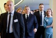 Viktor Orbán (Mitte) am Mittwoch kurz vor der EVP-Sitzung in Brüssel. (Bild: Stephanie Lecocq/EPA)