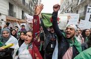 Viele und überwiegend junge Algerier protestieren in den Strassen der Hauptstadt. (Bild: Mohamed Messara/EPA; Algier, 19. März 2019)