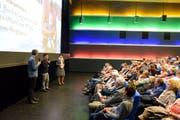 Ein Thema, das interessiert: Das Publikum stellte viele Fragen an den Filmemacher (Mitte) und Daniel Büche, Arzt für Palliative Care. (Bild: David Grob)