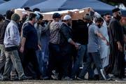 Opfer des Anschlags von Christchurch werden zu Grabe getragen. (Bild: Carl Court/Getty; Christchurch, 20. März 2019)