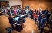 Chorleiter Heiko Dierschke am Klavier beim Aufwärmen für die Probe mit den Gospel Joy Singers. (Bild: Andrea Stalder)