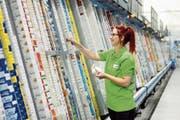 Eine Doc-Morris-Mitarbeiterin stellt Medikamente bereit. Ab 2021 wird der deutsche Markt ab einem Logistikzentrum in Holland beliefert. (Bild: PD)