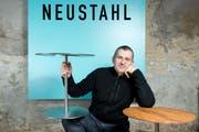 Hanspeter Meyer Besitzer von Neustahl mit selbstgemachten Salontischen. (Bild: Dominik Wunderli, Luzern, 16.05.2012)