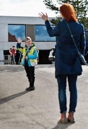 Elias verabschiedet sich vor dem Schulhaus Oberaach von seiner Mutter. (Bild: Manuel Nagel)