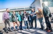 Die Mitglieder der «IG gesunder Mobilfunk Steckborn» mit Urs Gröbli (braune Jacke rechts) übergeben eine Sammeleinsprache mit 767 Unterschriften an Bauverwalter Egon Eggmann (3.v.r.). (Bild: Andrea Stalder)