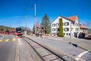 Mit der Bahnhaltestelle vor dem Haus gut erschlossen: Der «Schwarze Bären». (Bild: Urs Bucher)