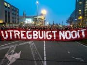 «Utrecht beugt sich nicht» - diese Botschaft tragen die Bürger der niederländischen Stadt an ihrem Trauermarsch vor sich her. (Bild: KEYSTONE/AP/PATRICK POST)