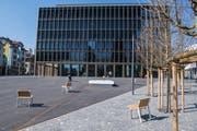 Der neue Krienser Stadtplatz mit dem Stadthaus im Hintergrund. (Bild: Boris Bürgisser, 21. März 2019)