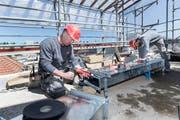 Fachkräfte von Hälg bei der Arbeit auf einer Baustelle. (Bild: PD)