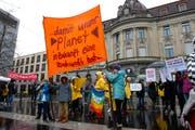 Klimastreikende Jugendliche versammelten sich Mitte März zu einer Kundgebung auf dem Zuger Postplatz. (Bild: Maria Schmid, 15. März 2019)