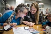 Flavia Züst (mitte) erklärt Monika Haas (links) und Maria Schwitter den Umgang mit dem Smartphone. (Bild: Manuela Jans-Koch, Kriens, 21. März 2019)