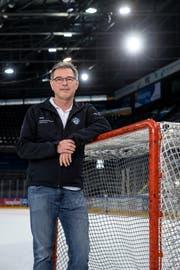 Beat Schwegler, einer der Mannschaftsärzte beim EV Zug, verbringt während der Playoffs viel Zeit in den Eishockeystadien. Bild: Philipp Schmidli (Zug, 21. März 2019)