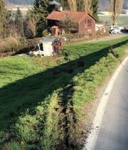 Der Lastwagen kam in Dierikon von der Götzentalstrasse ab und kippte auf die Seite. (Bild: Luzerner Polizei, 22. März 2019)